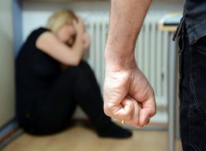 Женщине проломили голову в собственной квартире на глазах у ее троих детей в Ростове