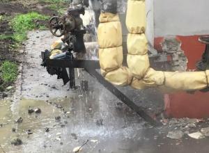 Затопление двора грязной жижей устроили коммунальщики жителям Первомайского района Ростова