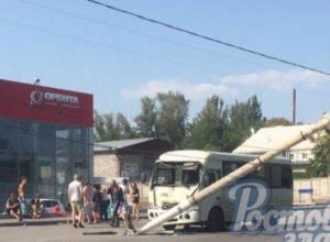 «Взбесившаяся маршрутка» снесла столб и отправила в больницу пассажиров в Ростове