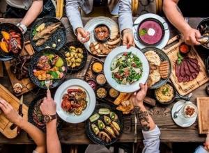 Поедающие из «волшебной» сумки курицу и вареную картошку оголодавшие посетители кафе шокировали жителя Ростова