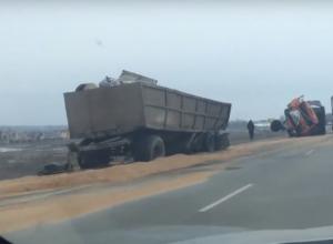 Грузовик с зерном врезался в фуру и перевернулся в Ростовской области