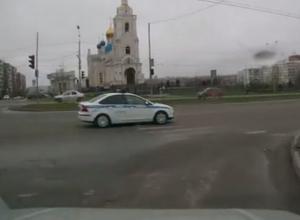 В Ростове машина ДПС едва не сбила маму с ребенком на пешеходном переходе. ВИДЕО