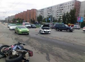 В Ростове столкнулись мотоцикл «Хонда» и автомобиль «Мазда»: байкер получил травмы
