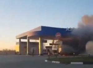 Охваченный пламенем и черным дымом грузовик на заправке под Ростовом попал на видео