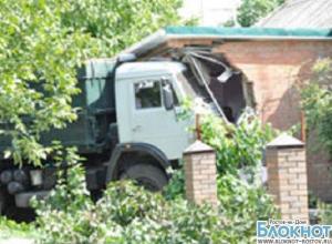В Матвеев Кургане водитель КамАЗа въехал в гинекологический кабинет
