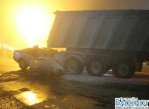 На Кубани «Мерседес» с ростовскими номерами после столкновения с Камазом превратился в груду металла