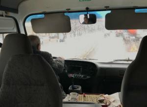 Бешеный водитель маршрутки извалял в грязи пожилого пассажира в Ростове