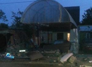 В Ростове иномарка снесла забор частного дома