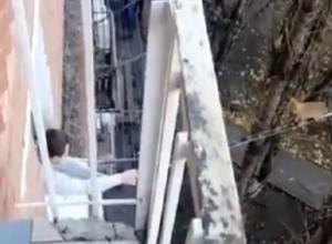 При помощи швабры и скотча жителю Ростова удалость спасти кота от неминуемой гибели