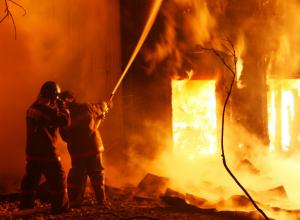 Больше трех часов  тушили горящий ангар в Ростовской области