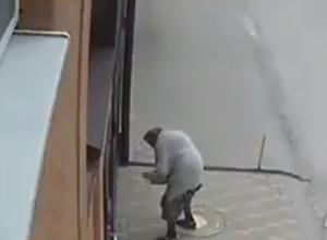 Бабка диверсантка в течение года подбрасывает фекалии соседям под двор в Ростове на видео