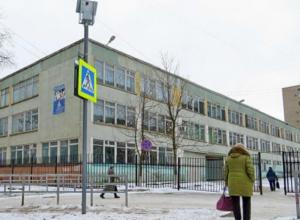 Придирчивая к прическам учительница во время урока отрезала волосы школьнице в Ростовской области