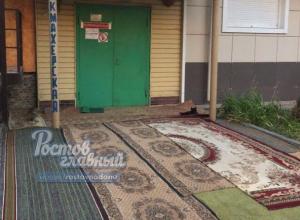 Множеством «бабушкиных» ковров на входе решила привлечь посетителей ростовская парикмахерская