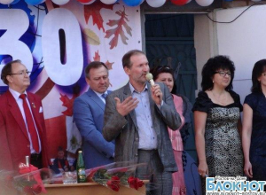 Звезда сериала «Сваты» Федор Добронравов приехал на День знаний в родную школу в Таганроге