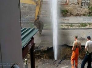 Огромный коммунальный фонтан забил из проржавевшей трубы в центре Ростова