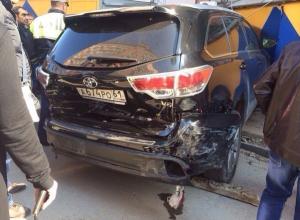В Ростове внедорожник с номерами «АРО» врезался в три машины и протаранил ларек. Фото