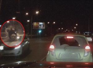 В Ростове таксист на скорости сбил мужчину. ВИДЕО