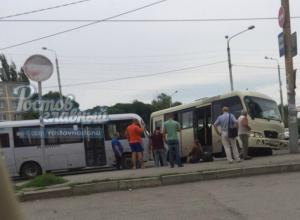 Шумахеры за рулем двух маршруток устроили гонки с ДТП в Ростове