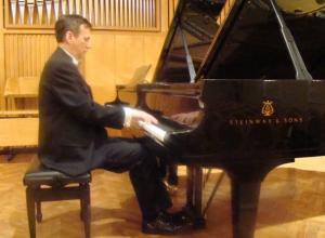 Пианист-виртуоз Сергей Алехин выступит в Ростове на праздничном концерте