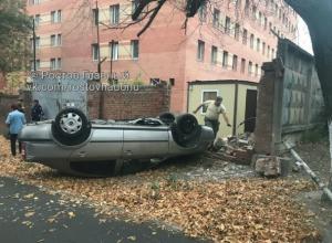 Неуправляемая легковушка на бешеной скорости снесла стену и перевернулась в Ростове