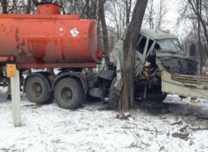 Уходя от столкновения с «легковушкой», бензовоз врезался в дерево на трассе под Ростовом