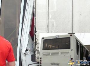 В Ростове автобус № 96 столкнулся с большегрузом «Скания»: 10 пострадавших