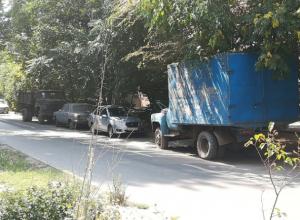 Образовавшееся на дороге автомобильное кладбище мешает движению «живого» транспорта в Ростове
