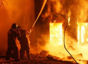 Страшный пожар в казарме разбудил спящих по соседству людей в Ростовской области