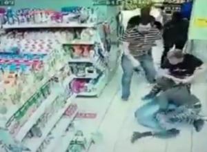 Сокрушительная драка в магазине Ростова из-за двух палок колбасы попала на видео