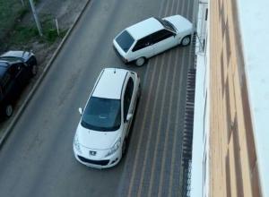 Прущему против системы дерзкому водителю в Ростове горожанин пригрозил спустить колеса