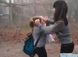 Видео жестокого избиения 15-летней школьницы из Новочеркасска выложили в Интернет