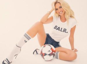 Эротическим фото с мячом между ног поддержала футболистов «Ростова» накануне матча с «МЮ»