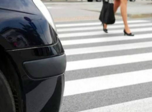 Серьезные травмы под колесами легковушки получила 17-летняя девушка в Ростовской области