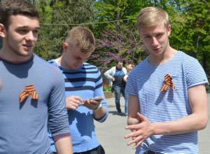 Студенты порадовали жителей Ростова флешмобом с вручением «символов Победы»