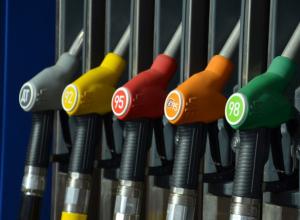 Горе-предприниматели продавали ведомственный бензин перекупщикам и заработали более миллиона рублей