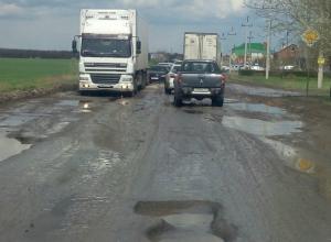 Убийство автомобилей жителей поселка Темерницкий ямами на дороге за «Ашаном» возмутило ростовчан