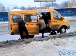 В Ростове у маршрутки во время движения отпала дверь  (ВИДЕО)