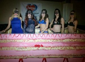 Ростовский мужской клуб презентовал торт с рекордным числом стриптизерш