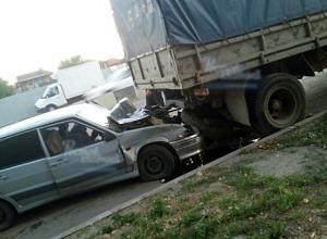 Пьяный водитель отечественного автомобиля на скорости влетел под фуру в Ростове