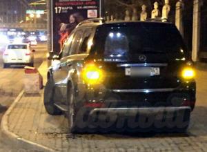 Припарковавшегося на тротуаре в Ростове автохама жестоко наказали и высмеяли