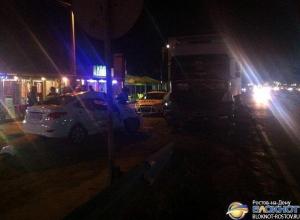 В Ростовской области «Хендай Солярис» врезался в припаркованный на обочине грузовик