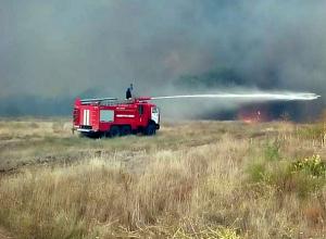 Масштабный лесной пожар продолжает разрастаться в Ростовской области