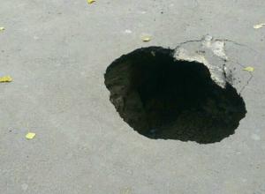 Угрожающая здоровью пешеходов и автомобилистов метровая яма образовалась на дороге Ростова