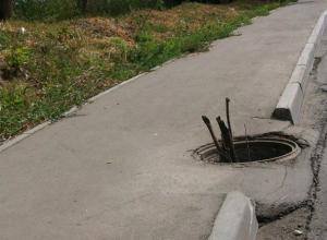 Женщина провалилась под землю во время прогулки с ребенком в Ростовской области