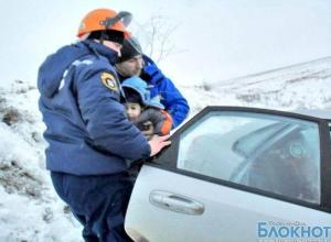 В Ростовской области спасатели вызволили из снежного заноса 4 человека