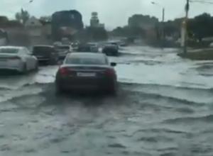Желающие попасть на море автомобилисты воплотили свои мечты на затопленной улице Ростова