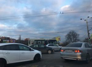 Маршрутка полная пассажиров врезалась в иномарку на мосту Стачки в Ростове