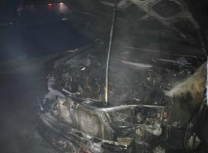Молодые пироманы сожгли две хороших иномарки во дворе Ростова на видео