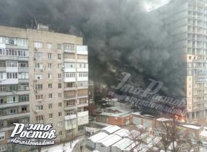 Мощный пожар произошел в многоэтажном доме Ростова-на-Дону