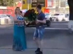 Одаривающий незнакомых дам розами на улице «мужчина-праздник» порадовал ростовчан на видео